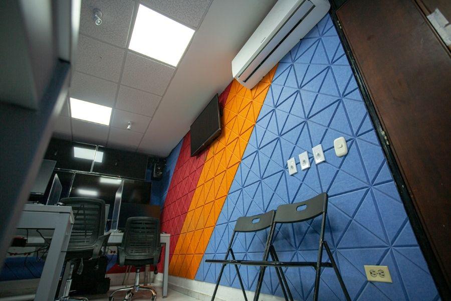 panel acústico en muros con diseño biselado