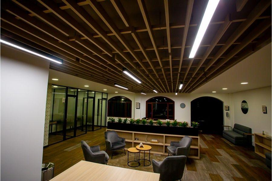 listones en panel acústico en techo con estructura en madera